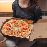 被打开的箱子用鲜美被环绕的意大利比萨 免版税库存图片