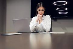 被用尽的和疲乏的女商人画象在办公室 消沉,悲伤,问题,困难概念 免版税图库摄影