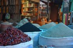 袋子五颜六色的香料和胡椒,亚的斯亚贝巴,埃塞俄比亚 免版税库存照片