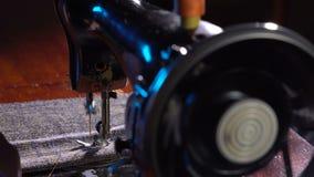 裁缝在一台缝纫机缝合 股票录像
