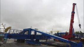 装载容器用在工业区的货物卡车在灰色,多云天空背景 在a的汽车起重机 股票视频