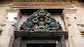 装饰设计,寺庙入口 从下面与神五颜六色的木老雕塑的年迈的入口在门道入口上的 影视素材