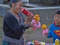 装饰芒果,克萨尔特南戈,危地马拉的妇女 库存图片