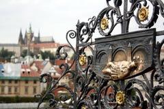 装饰雕塑的基地的在查理大桥的内波穆克1月Nepomucky青铜色的牌横跨Vltave河 免版税库存图片