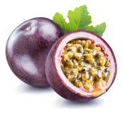 西番莲果和它的横断面用稀烂汁液充满种子 裁减路线 免版税库存照片