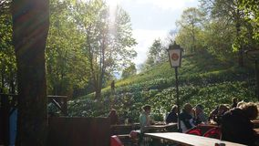 西部公园慕尼黑日落白天春天啤酒庭院 免版税库存照片