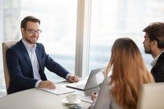 见面的微笑的顾问经理或谈判员咨询的商人 免版税库存图片