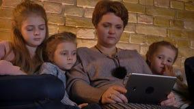 观看入有笑声的片剂的白种人母亲和女儿家庭画象在舒适家庭环境 影视素材