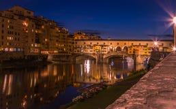 观点的蓬特Vecchio在从东部采取的佛罗伦萨在日落之后的蓝色小时 图库摄影