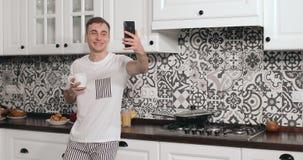 视频聊天通过由人的智能手机在厨房里 股票录像