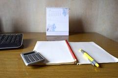 计算器、笔记本、笔、日历和键盘 图库摄影