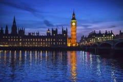 议会在晚上,伦敦,英国大本钟和议院  图库摄影