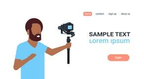 记录的人博客作者现场直播的小河报告射击selfie录影非洲人使用照相机常平架 皇族释放例证