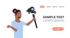 记录的妇女博客作者现场直播的小河报告射击selfie录影非洲女孩使用照相机常平架 向量例证