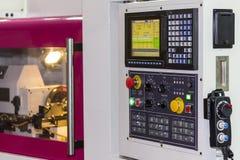 许多亲切的开关按钮和转动拨号盘与控制板显示器为调整参量cnc车床机器或机械中心 库存照片