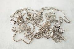 许多闪耀的假金刚石首饰豪华生活、财富、魅力、时尚和婚礼的概念 免版税库存照片