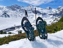 设置一个对雪和两个滑雪杆雪靴或球拍在准备好冷的白雪走在多雪的山在a 免版税图库摄影