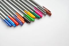 设置彩虹笔,说谎混乱在照片的角落与copyspace的 免版税库存图片
