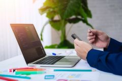 设计师人流动应用测试新的应用程序特点 他与计算机和手机一起使用 用户经验设计观念 免版税库存图片