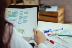 设计师流动应用的特写镜头手与略图应用工作的在办公室 用户经验设计观念 库存图片