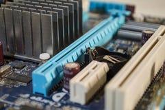 详细宏观蓝色个人计算机主板 库存照片
