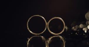 说谎黑暗的表面上的结婚戒指发光与宏指令的轻的关闭 反射 黑色背景 影视素材