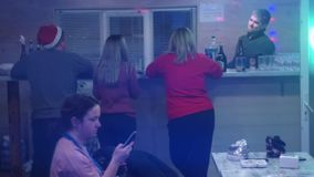 谈话后面观点的四的年轻人喝啤酒和,当坐在酒吧柜台时 股票录像