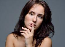 赤裸妇女的躯干画象有棕色头发的 免版税图库摄影