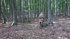 走在森林,孩子室外自然,女孩里的孩子使用在野营的冒险 股票录像
