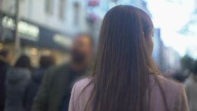 走在拥挤购物的街道,旅游目的地,后面看法上的年轻女人 影视素材