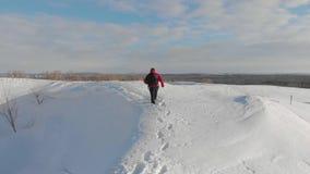 走在雪山的背包徒步旅行者在冬天 有迁徙在山的背包的人 高涨魔术其它短小冬天木头 股票视频