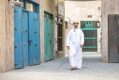 走在Al泽夫的阿拉伯人是迪拜 库存图片