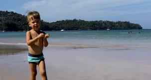 走海上的逗人喜爱的男孩 影视素材