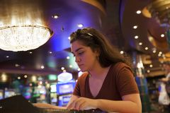 赌博在赌博娱乐场的妇女 图库摄影