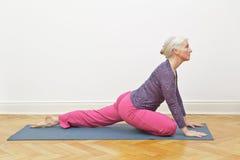 资深女子瑜伽拷贝空间 免版税库存图片