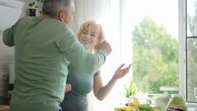 资深妻子和成熟丈夫跳舞在厨房里 股票录像