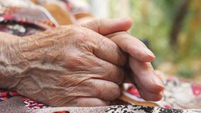 资深妇女的起皱纹的胳膊外面 抚摸她的手的祖母室外 关闭侧视图慢动作 影视素材