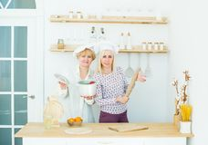 资深母亲和成人女儿家庭厨房的 图库摄影