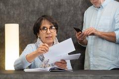 资深读的邮件夫妇在家 免版税图库摄影