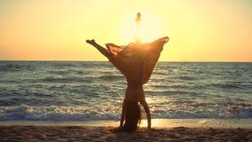 跳在沿海的美女在日出 影视素材