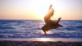 跳在沿海的美女在日出 股票视频