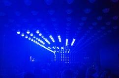 跳舞的光在夜总会 库存图片