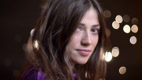 转向照相机的年轻白种人女性特写镜头画象与风振翼的她的头发看直接 影视素材
