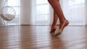 转动年轻芭蕾舞女演员的腿  股票视频