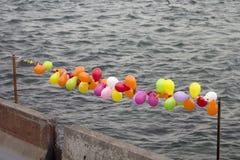 软的baloons连续和水泥路障有灰色海背景:软和坚硬边界概念 库存照片