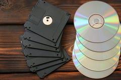 软盘和盘在木背景 免版税库存照片
