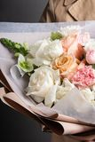 轻的鲜花美丽的精美花束,卖花人,一件礼物的工作为妇女的天 免版税图库摄影