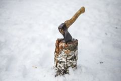 轴在雪的一个甲板在冬天 库存照片