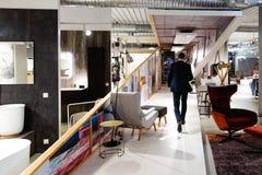 辞去职位-衣服的人的商人走在艺术空间 库存照片