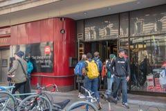 输入和离开通过艺术大学的大门的学生在宽敞的大街上在中心城市费城 库存图片